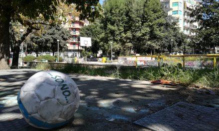 """Erbacce, degrado e mini discariche: così muore il """"parco Silvia Ruotolo"""" di Piazza Medaglie D'Oro"""