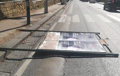Forte vento in Campania: paura a Napoli, cede cartellone pubblicitario