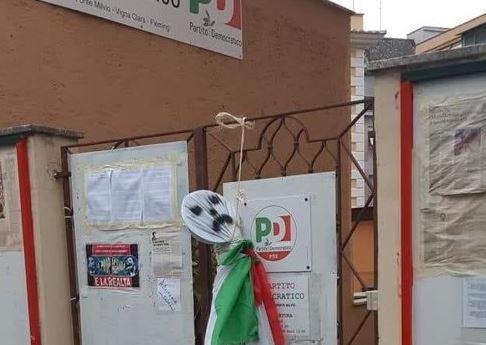 Roma, un manichino impiccato davanti alla sede del Pd