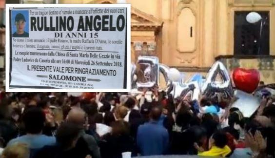 """Casoria. Centinaia di giovani per l'ultimo saluto ad Angelo: """"Ci manchi fratellino"""""""
