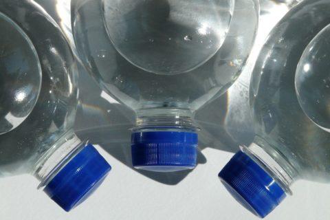 bottiglie di acqua al sole
