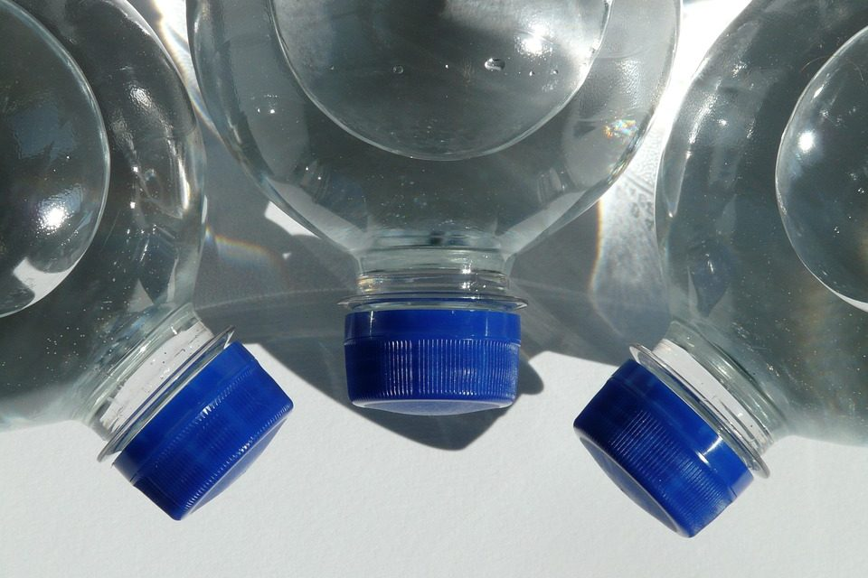 Acqua in bottiglie di plastica al sole? Scatta la multa per il commerciante