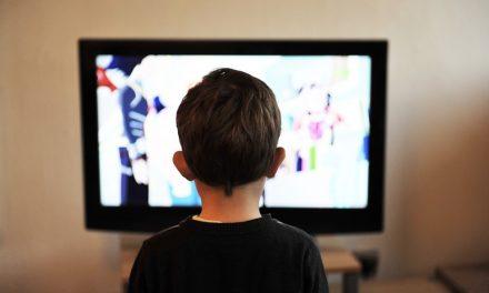 Bambini a rischio davanti alla tv:  ecco lo studio che rivela i pericoli