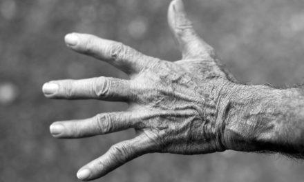 Sant'Anastasia. Due fratelli aggrediscono il padre di 80 anni per soldi: arrestati