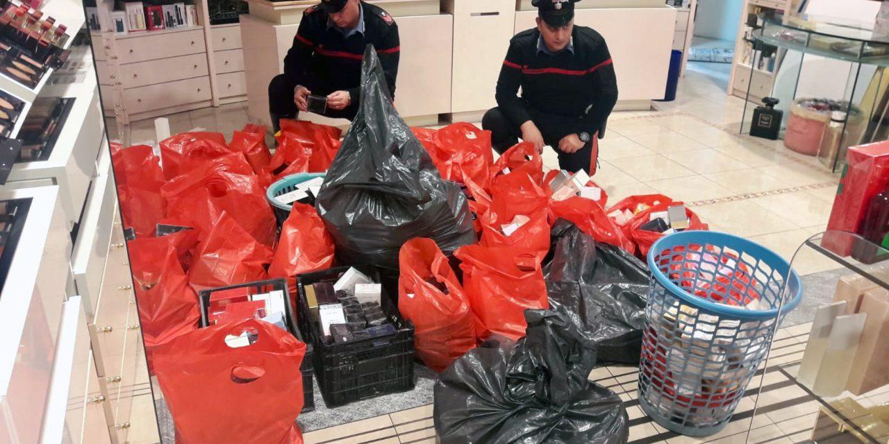 Napoli, rubano 40mila euro di profumi in un negozio al Vomero: arrestati due uomini