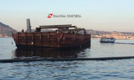 """Porto di Baia. Rimosso il relitto della motonave """"Sassari primo"""" incagliato da oltre 33 anni"""