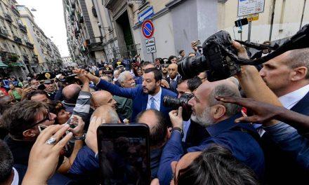 """Salvini a Napoli accolto tra gli applausi: """"La camorra fa schifo, più agenti in città"""""""