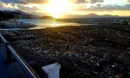 Dopo la tempesta di vento spiagge di Napoli invase dai rifiuti. La foto diventa virale