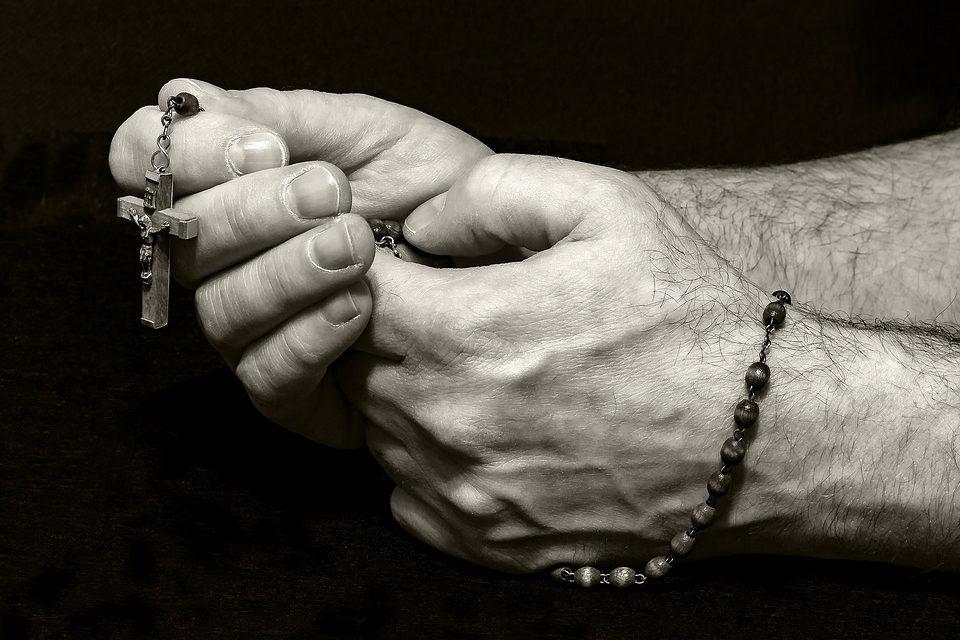 La chiesa è sotto attacco del demonio! Papa Francesco chiede di pregare il Rosario