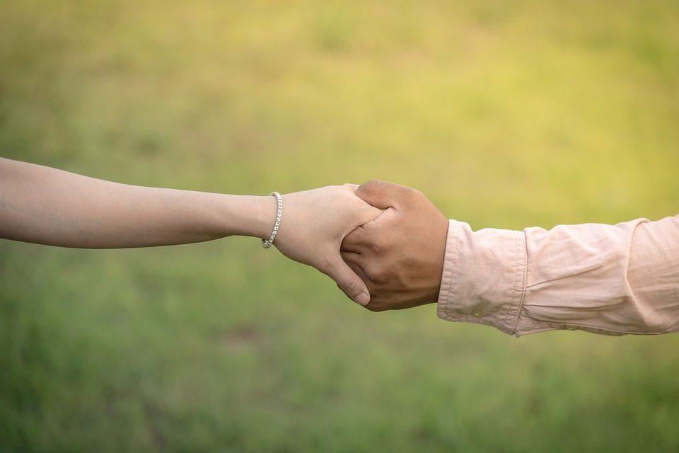 Storia d'amore con la 13enne con il consenso dei genitori: 50 enne ai domiciliari
