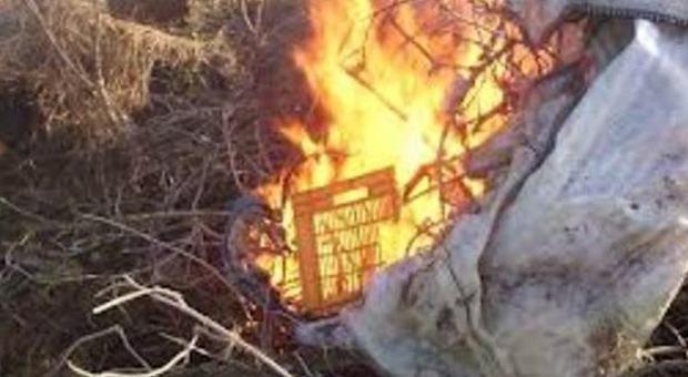 Giugliano. Brucia rifiuti in campo Rom: arrestata 21enne