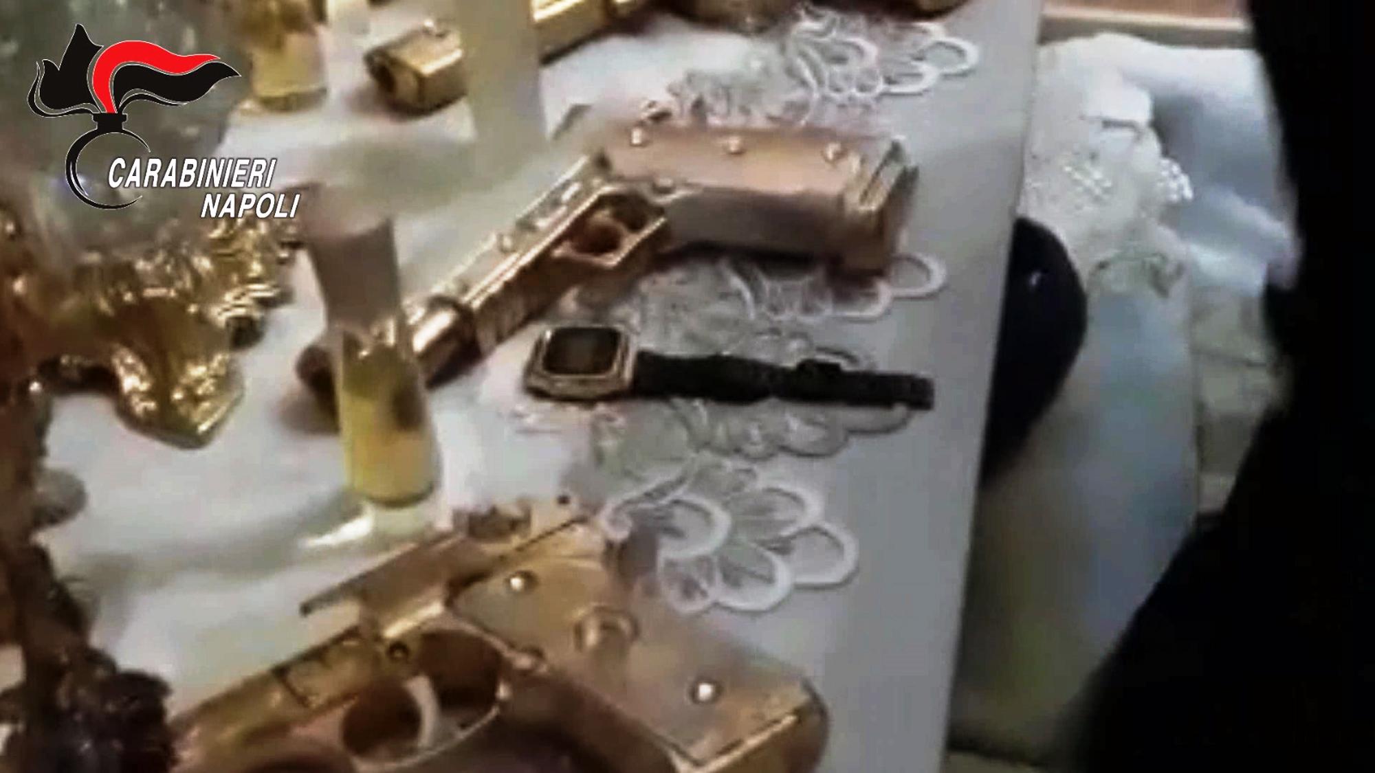 Blitz dei carabinieri a Napoli: arrestati tre uomini. In casa anche la bomboniera – pistola