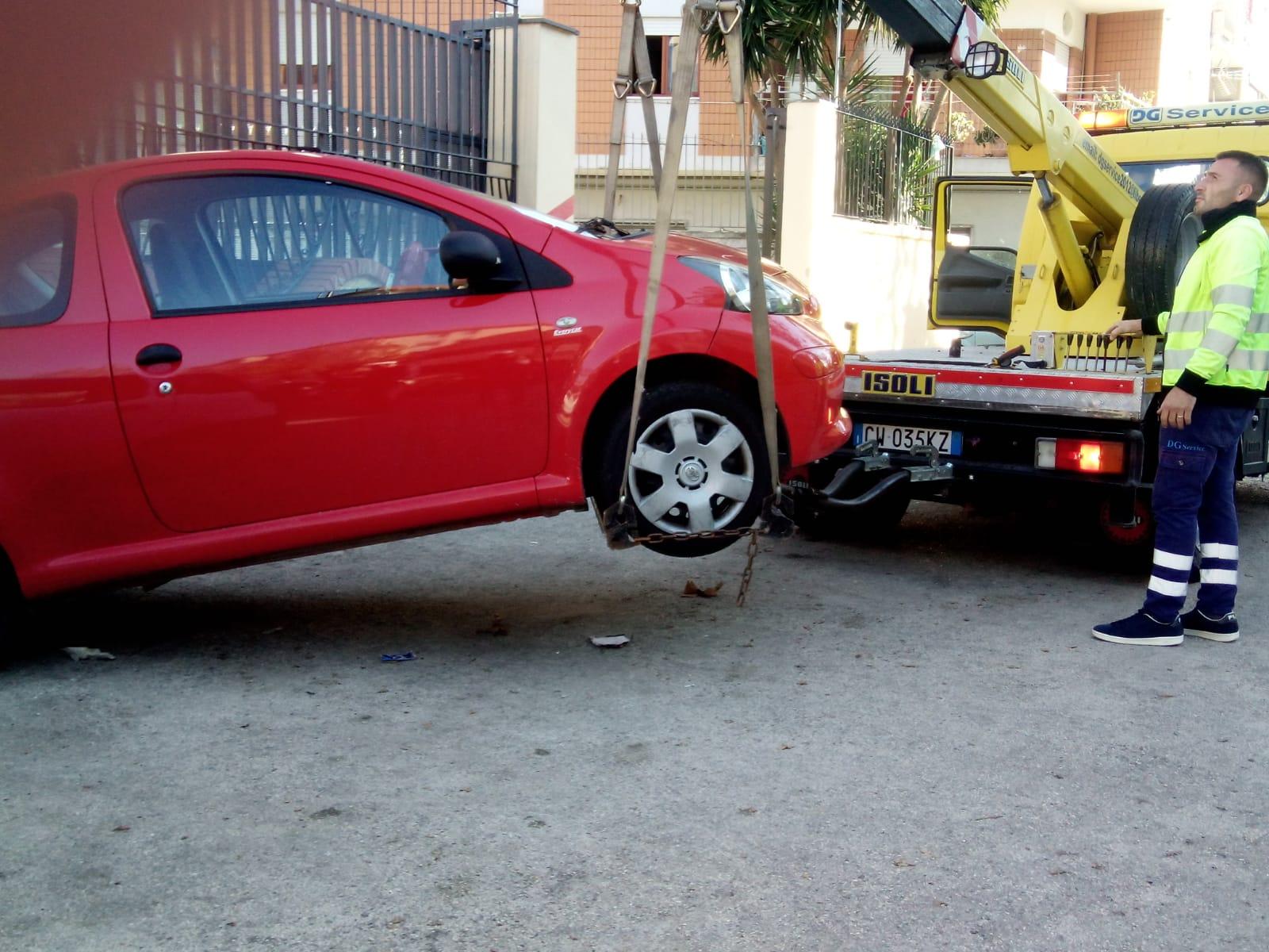Controlli della polizia municipale a Casoria: rimossi paletti abusivi e auto sui marciapiedi