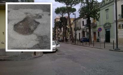 Corso Garibaldi di Afragola, rattoppi e avvallamenti sul manto stradale.