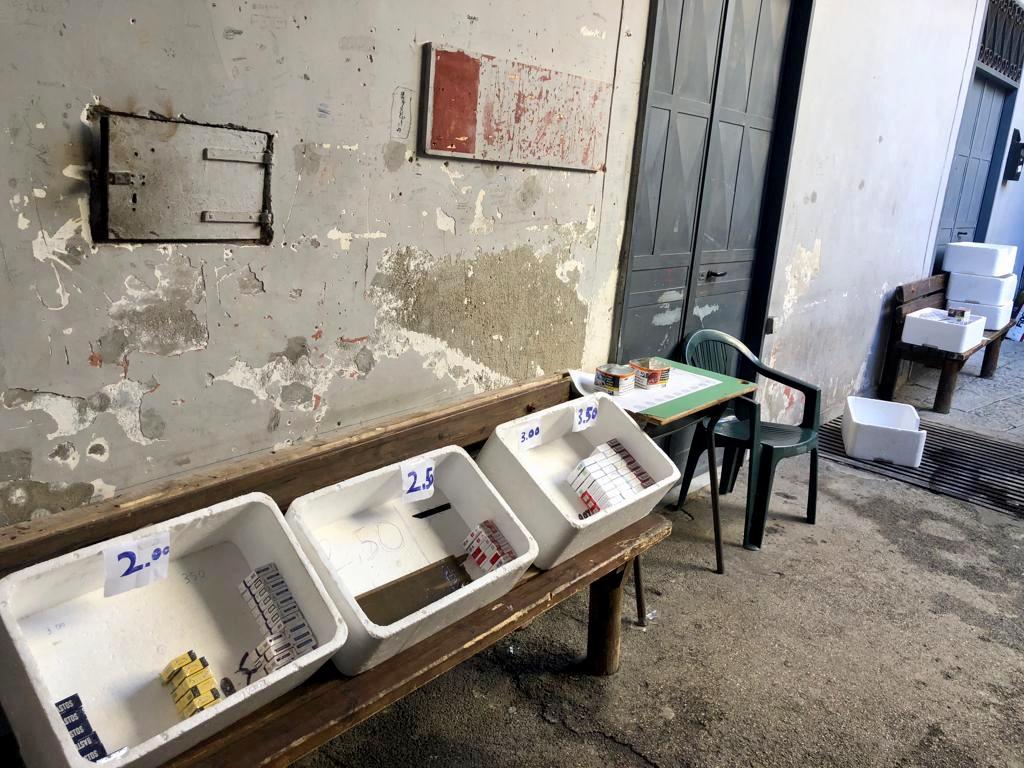 Afragola. Banchetti di contrabbando di sigarette all'interno di un palazzo: arrestati tre uomini
