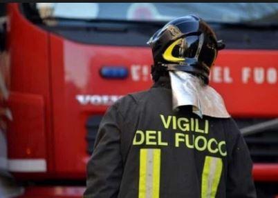 Padre brucia la casa e scappa, il figlio di 11 anni muore soffocato. Si stava separando dalla moglie