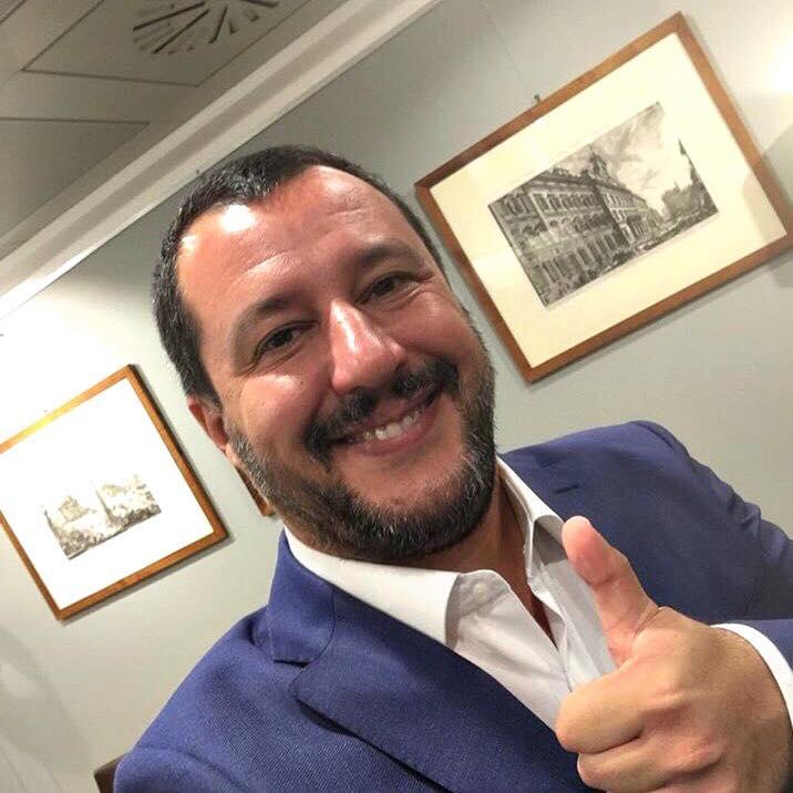 """Via il nome di Gesù dalla canzone di Natale. Salvini: """"Giù le mani dalle nostre tradizioni"""""""