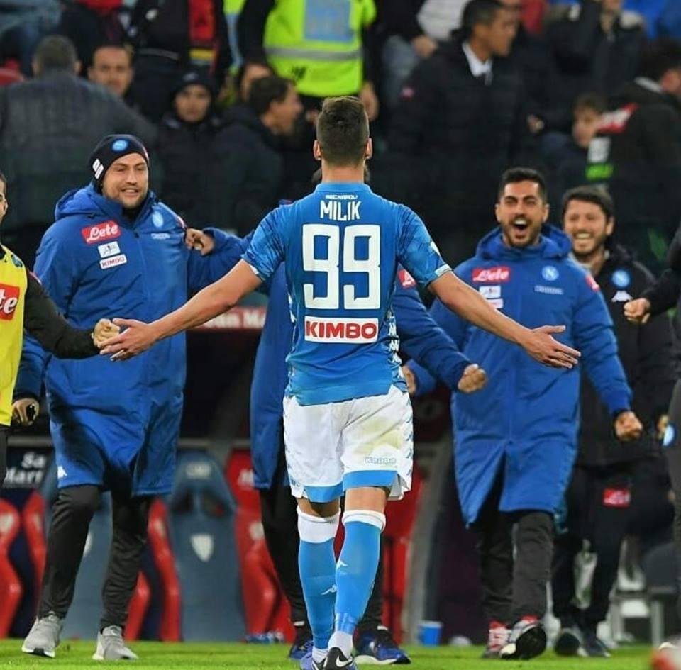 Il Napoli riparte da Cagliari con una super punizione di Milik