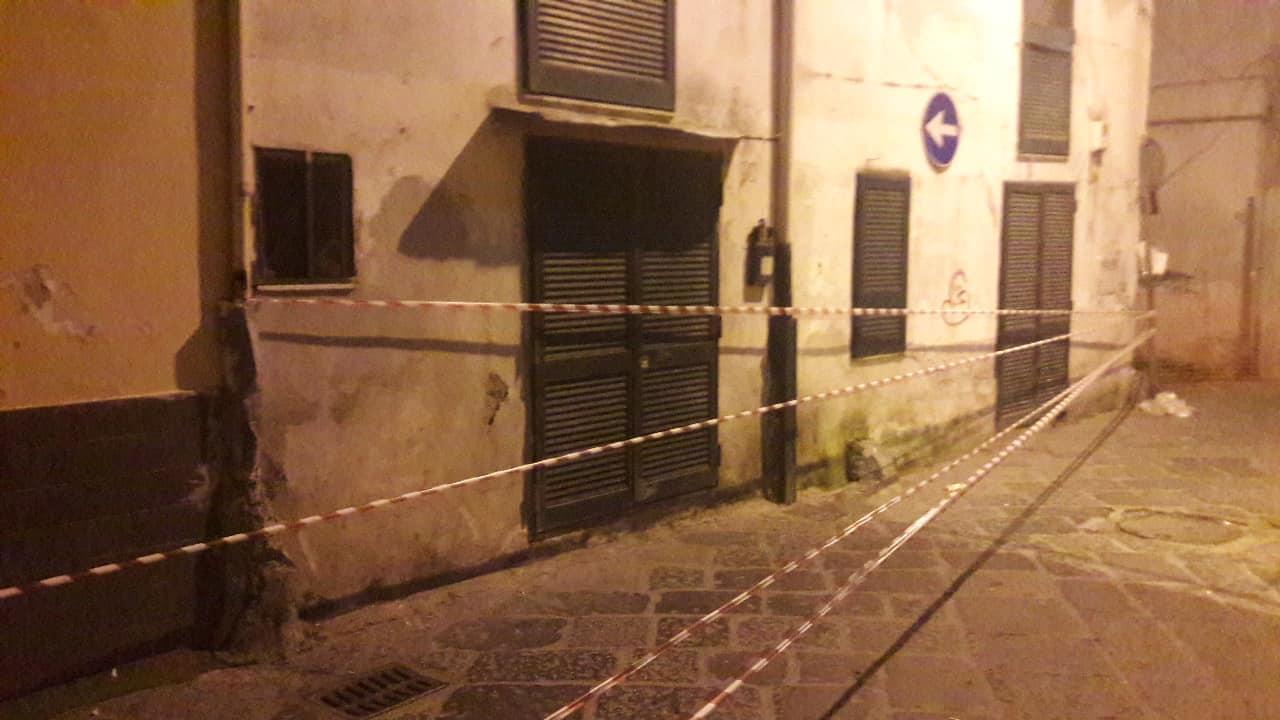 """Crollo palazzo a Casoria. La rabbia degli sfollati: """"Abbiamo dormito al freddo in auto"""". La risposta del sindaco"""