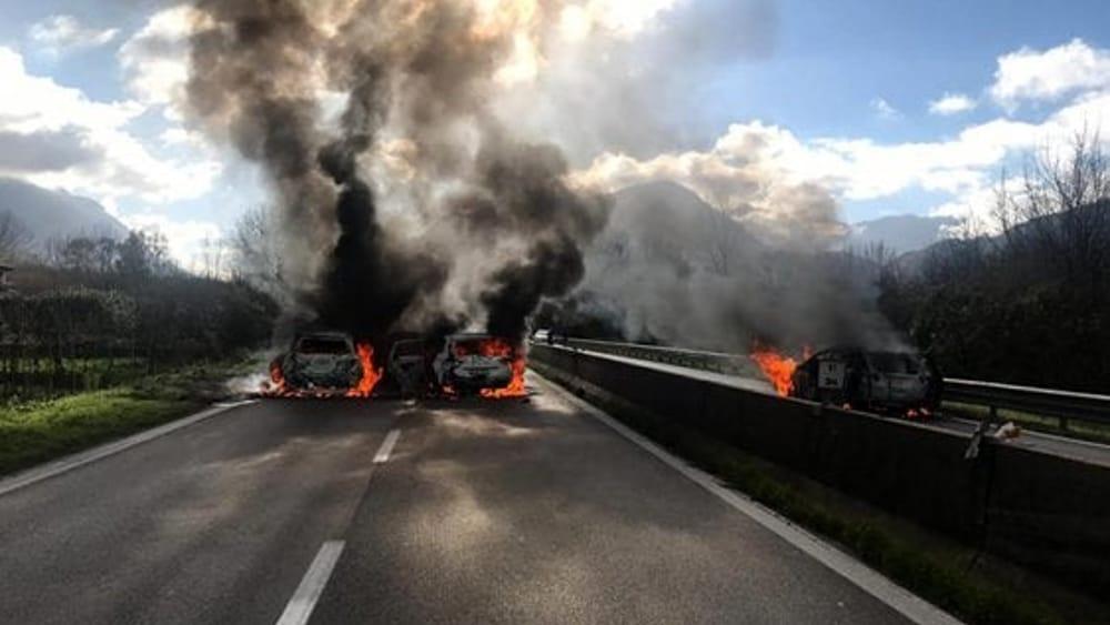 Terrore sull' Autostrada Avellino – Salerno. Assalto al portavalori:  scontro a fuoco con la polizia