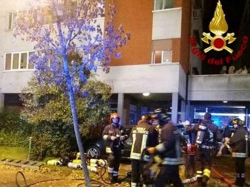 Fiamme in un palazzo a Reggio Emilia: due morti e decine di intossicati