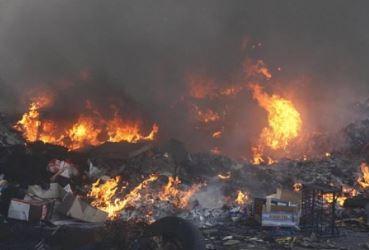 Sorpreso mentre incendiava rifiuti speciali pericolosi, in manette 23enne nomade