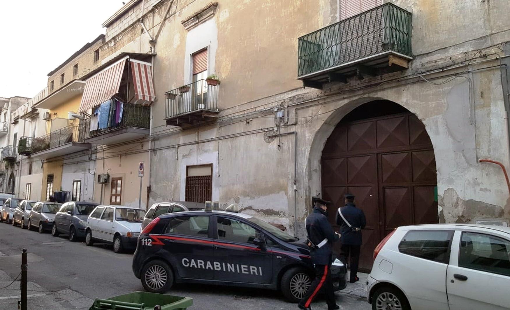 """Spacciava droga e la donna offriva """"base"""" sicura: due arresti a Casavatore"""