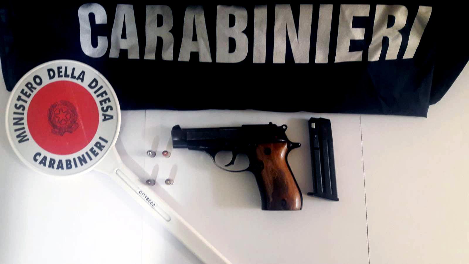 Afragola. Affiliato a gruppo criminale inseguito in auto nella notte: i carabinieri gli trovano una semiautomatica pronta a sparare