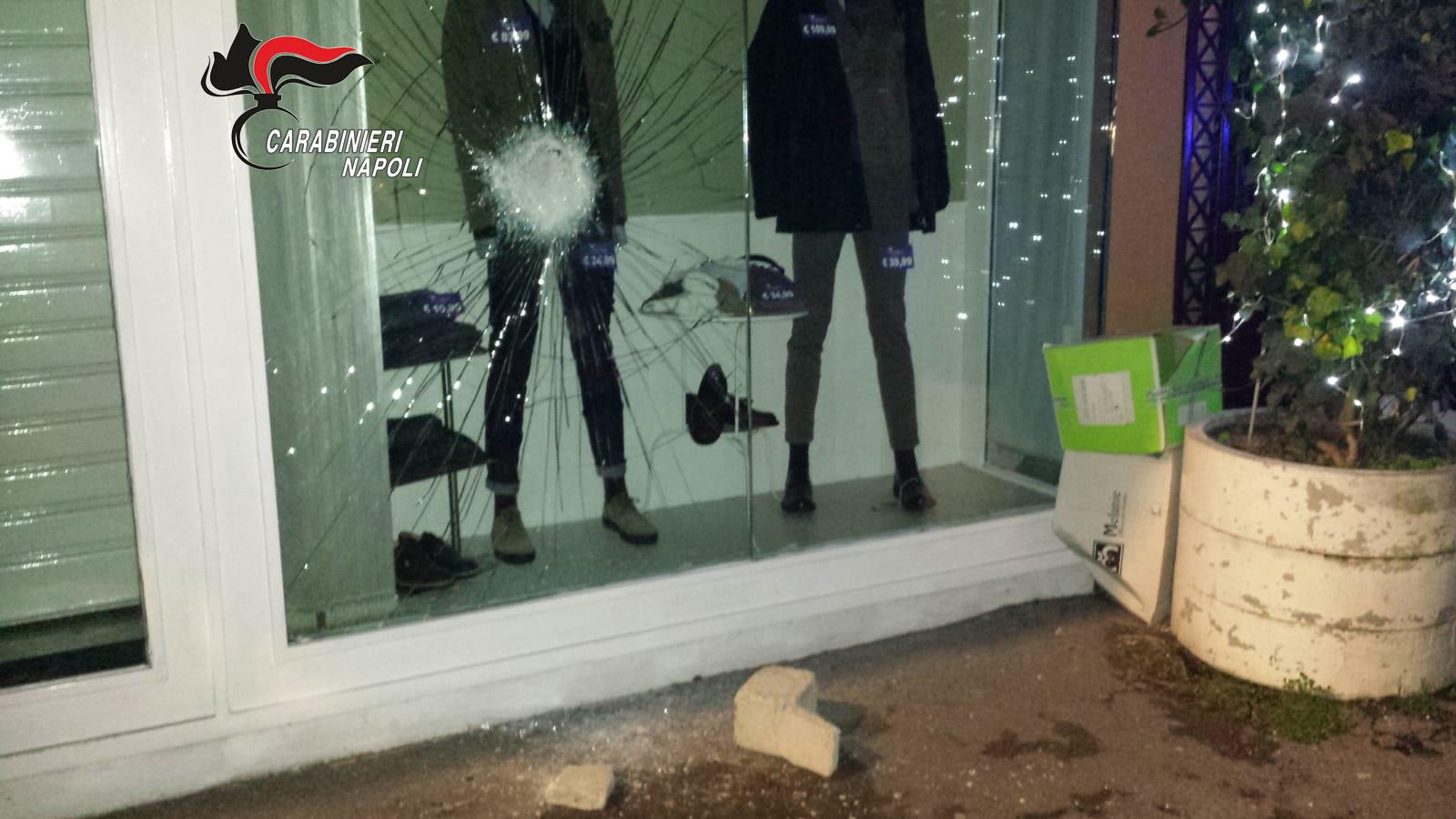 San Giuseppe Vesuviano. Sfonda vetrina di un negozio per rubare abiti esposti: arrestato 34enne