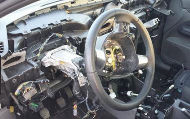 Avevano rubato un'auto ad Afragola e la stavano smontando: arrestati due uomini
