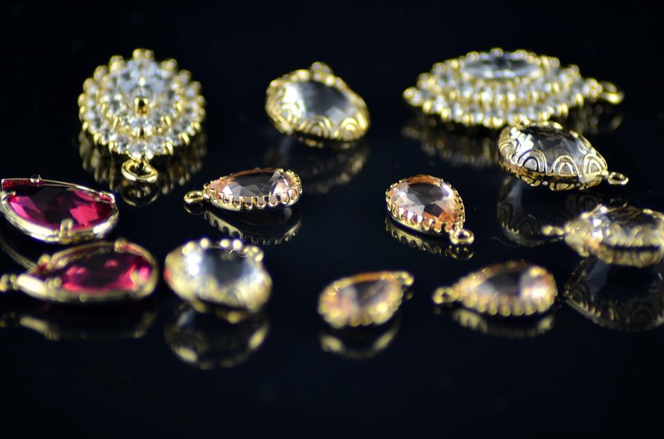 Orafo inscena un furto per appropriarsi di gioielli e pietre preziose per un valore di 750mila euro
