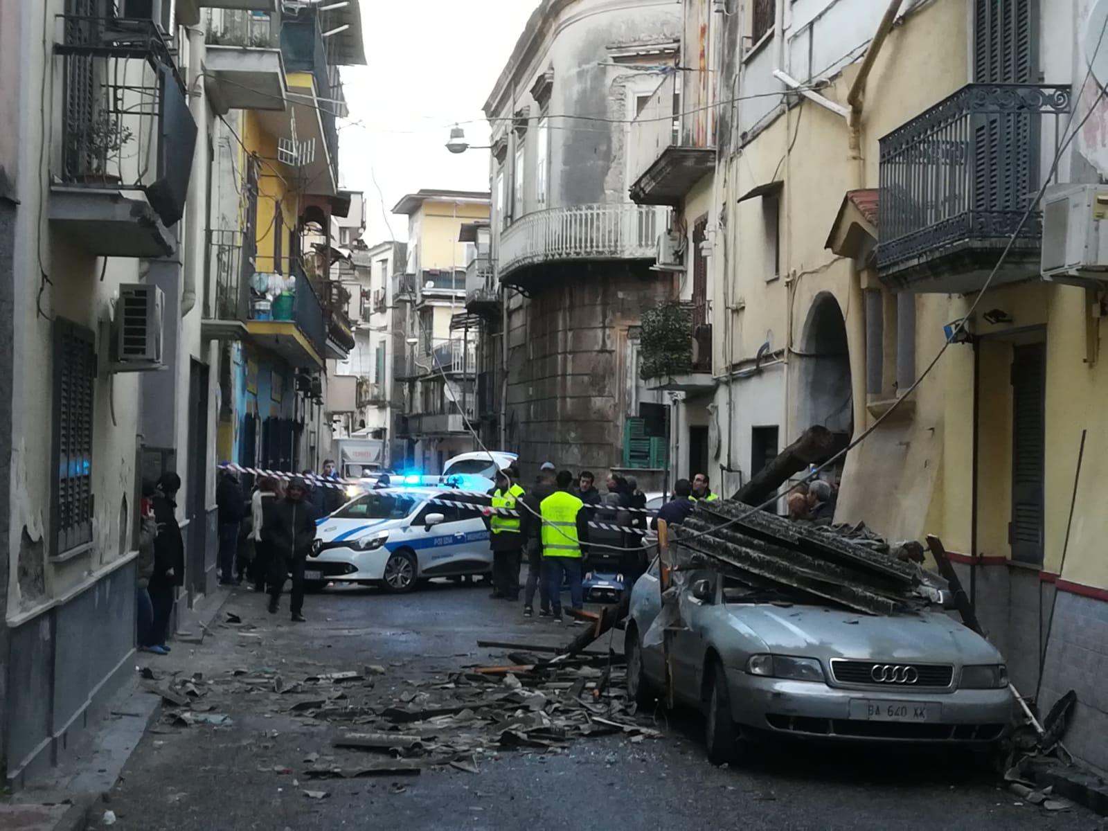 Maltempo ad Afragola, scoperchiato il tetto di una palazzina: amianto sbriciolato in strada