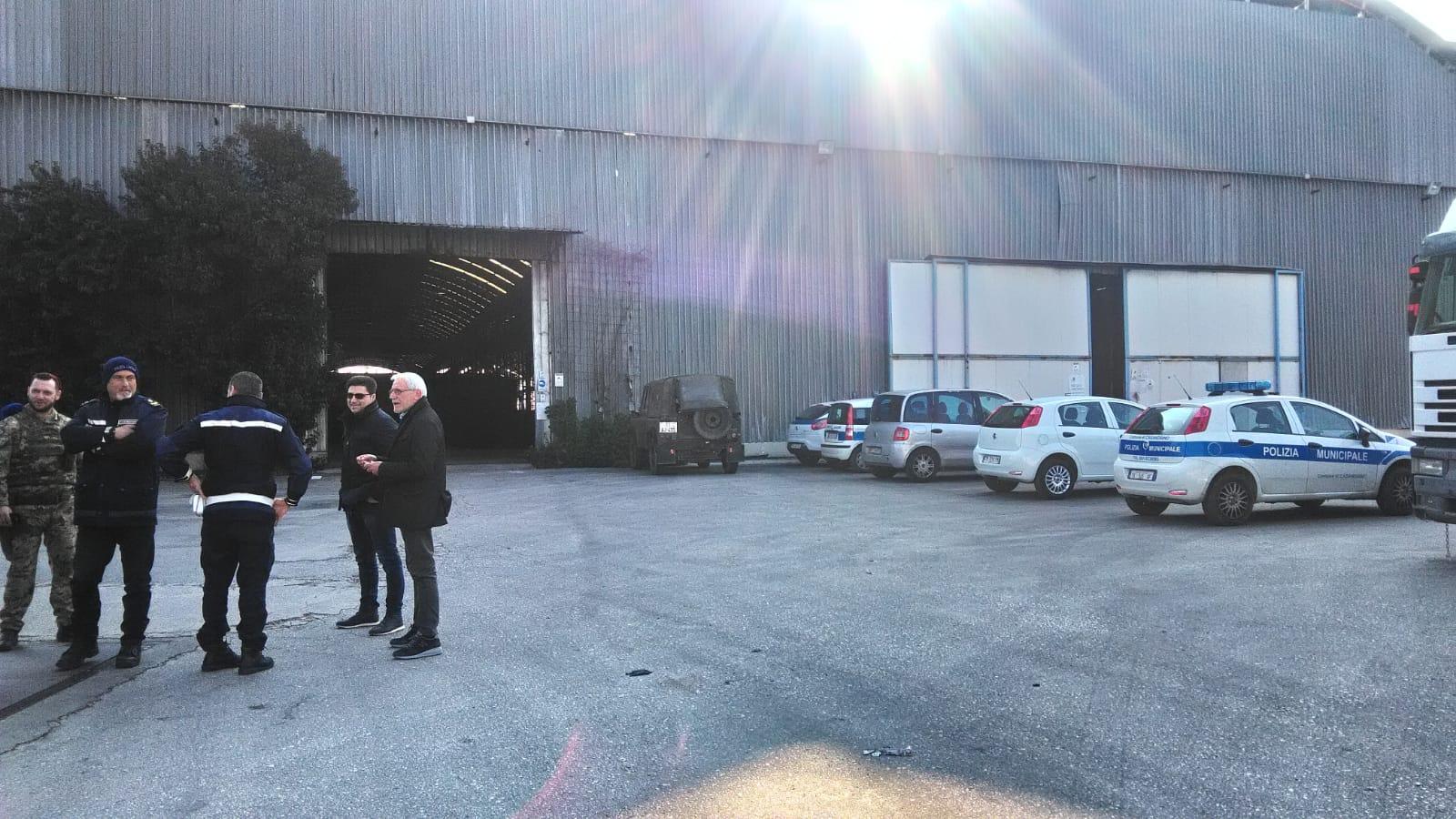 Dopo le segnalazioni dei cittadini sui social network scattano i controlli nei stabilimenti industriali di Casoria