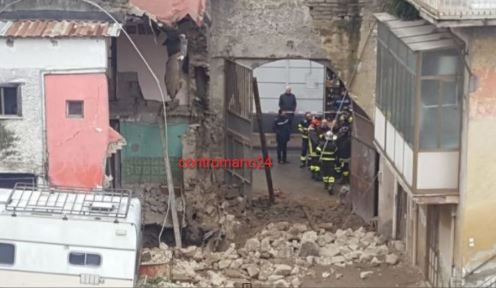 Paura ad Afragola, sprofonda un palazzo nel cuore della città: non ci sono feriti