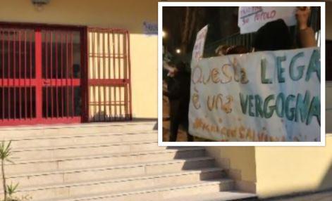 """Cori e slogan al convegno della Lega a Casoria: """"Andate via non vi vogliamo"""""""