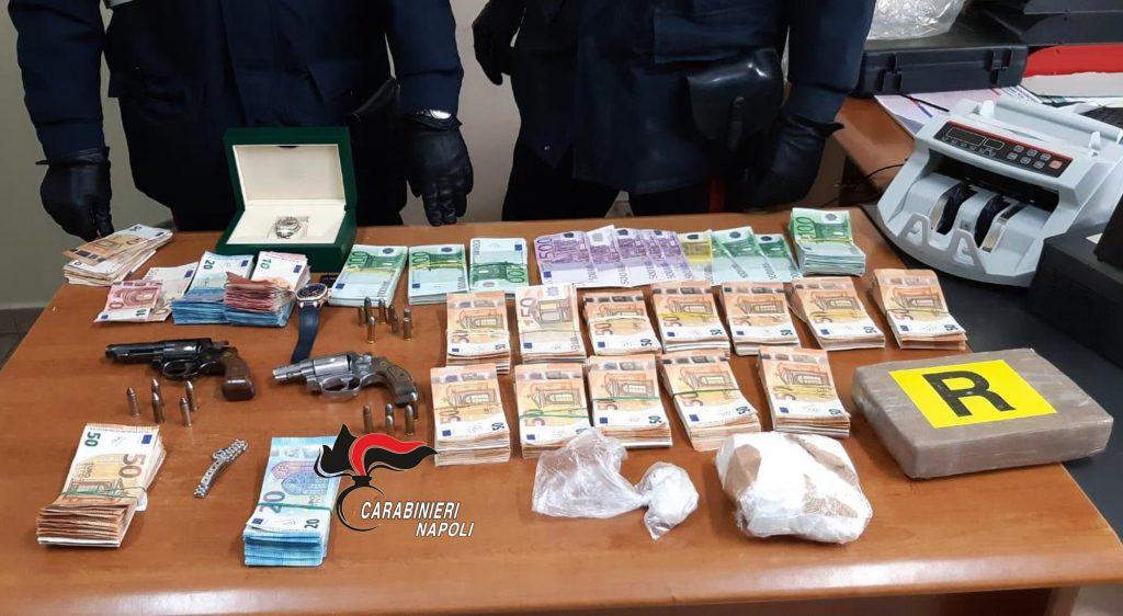 Castello di Cisterna, i carabinieri scoprono vano segreto nella parete del salotto con armi, droga e gioielli: arrestato 56enne