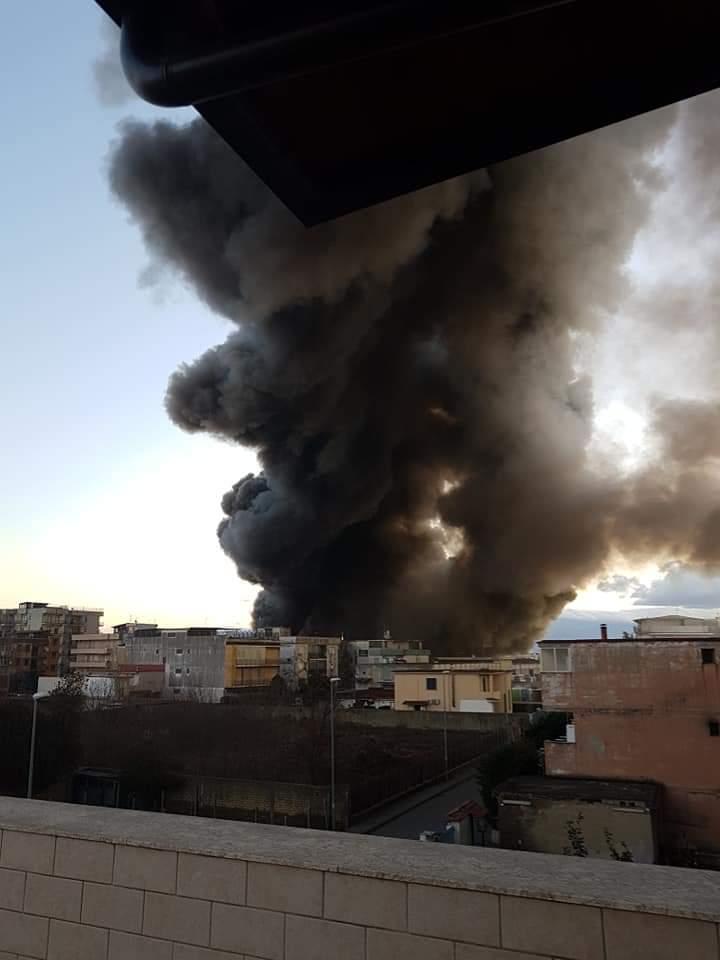 Grosso incendio a Casoria: la nube nera avvolge la città