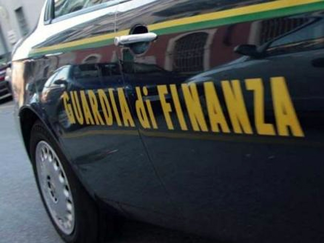 Operazione della Guardia di Finanza di Napoli a Napoli che ha smantellato un'organizzazione criminale dedita al contrabbando di sigarette