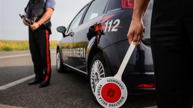 In auto con una pistola pronta a sparare: arrestato 31enne di Casoria dopo inseguimento