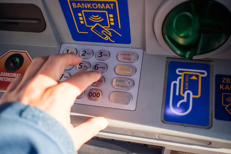 Badante truffa l'anziana signora: sottratti 10mila euro e borse griffate