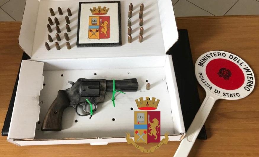 Napoli. Polizia scopre pistola nascosta in una cassetta per lettere