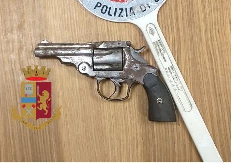 Napoli. Rinvenuta dalla polizia una pistola nascosta in un borsello al rione Don Guanella