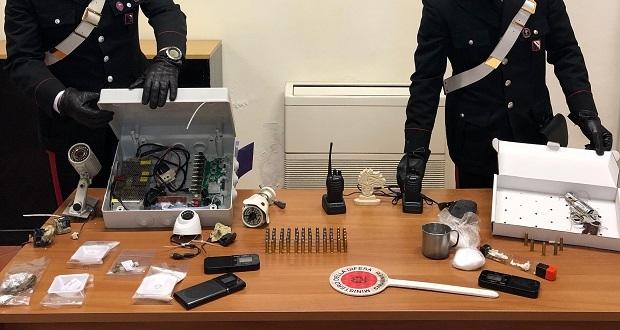 Traffico di droga, armi e documenti falsi in Campania: smantellato gruppo criminale
