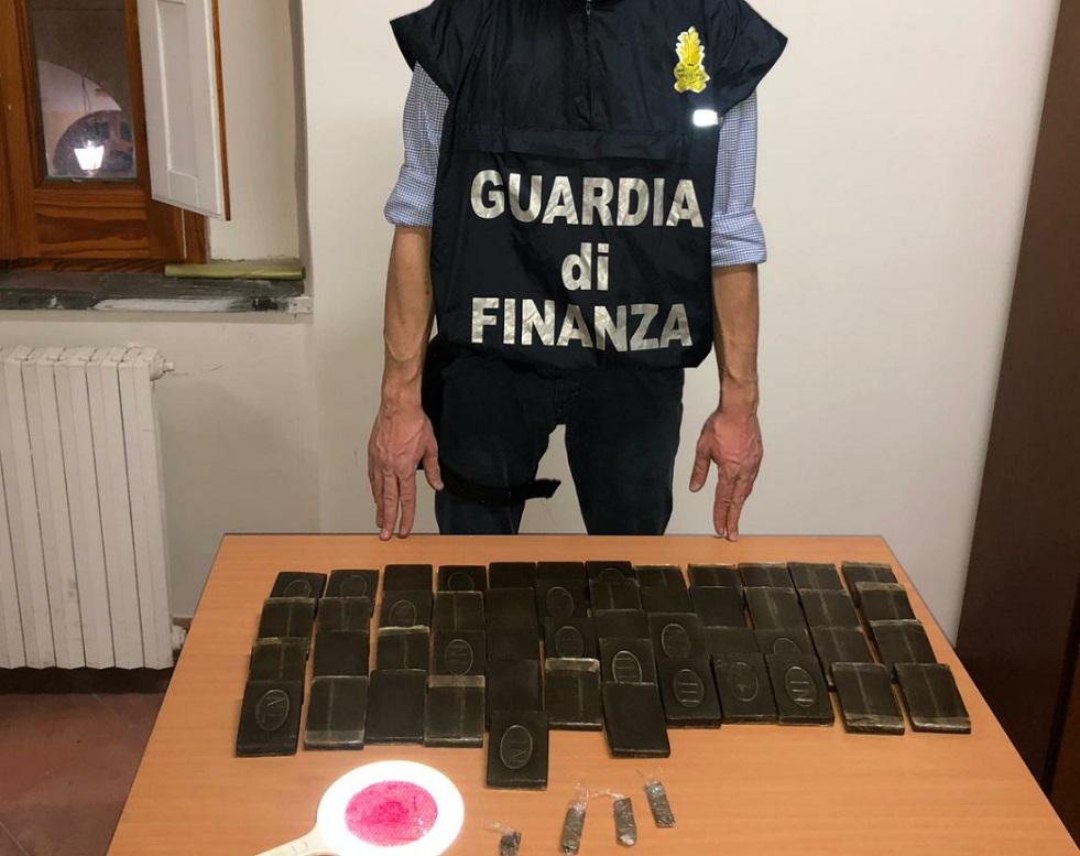 Operazione della Guardia di Finanza: arrestato pregiudicato e sequestrati 5 kg di hashish