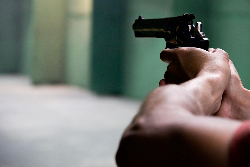Agguato a Napoli: un uomo è stato ucciso al Rione Villa, ferito il figlio