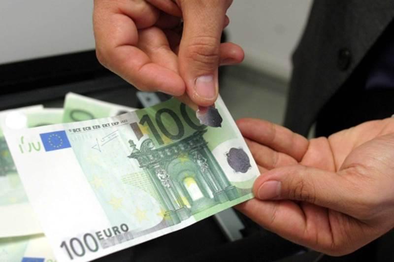"""Acquistano indumenti al centro commerciale """"Campania"""" pagandoli con soldi falsi: arrestati due uomini"""