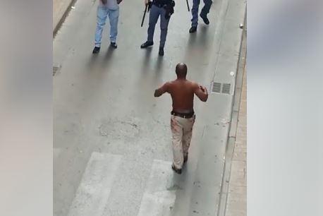 Terrore ad Afragola. Extracomunitario aggredisce due persone