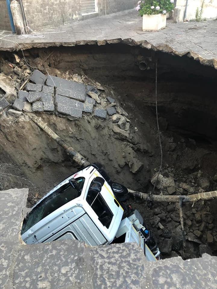 Paura a Casoria, si apre grossa voragine: camion rifiuti cade all'interno. Palazzi sgomberati