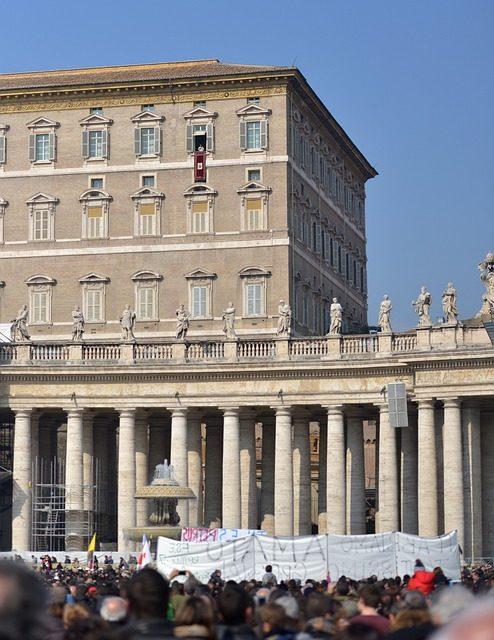 Papa Francesco resta bloccato 25 minuti in ascensore e rischia di saltare l'Angelus