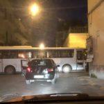 Scene da film ad Afragola. Tentata rapina ad una banca: malviventi bloccano le strade con autobus